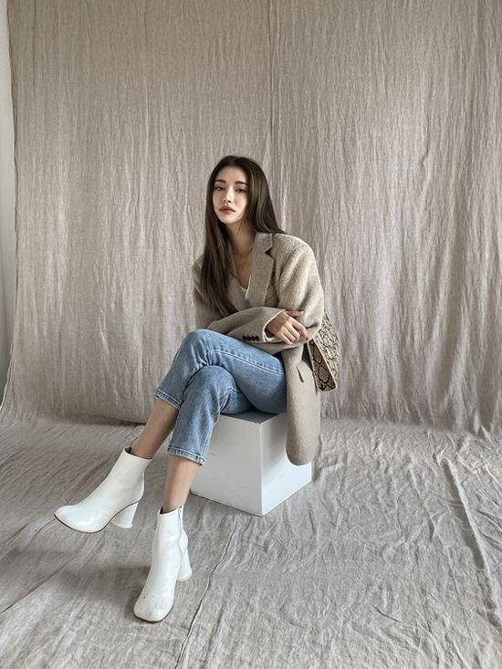 Những bạn gái ở khu vực phía Bắc có thể tham khảo thêm các mẫu áo blazer thiết kế trên chất liệu vải dạ, lông nhân tạo... để hoàn thiện set đồ thu đông.