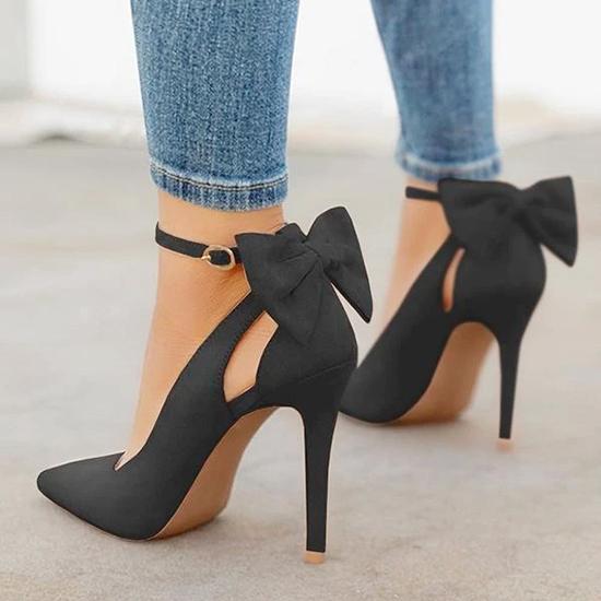 Giày cao gót  Dù không thể sống thiếu giày cao gót hàng ngày, nàng cũng nên từ bỏ chúng khi đi máy bay. Bên cạnh vấn đề về sự thoải mái, quan trọng hơn là sự an toàn. Trong trường hợp sơ tán, bạn sẽ không thể chạy nhanh với giày cao. Ngoài ra, gót giày có thể làm hư hại cầu trượt được sử dụng khi hạ cánh khẩn cấp.