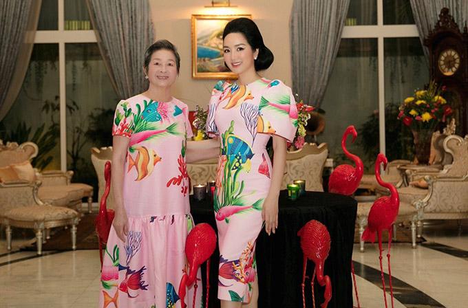Mẹ Giáng My mặc ton-sur-ton với con gái. Ở tuổi 76, mẹ cô vẫn giữ được vẻ trẻ trung, quý phái.