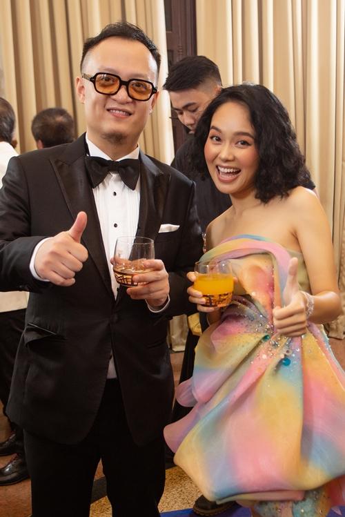Hoàng Quyên (phải) và pianist Tuấn Nam.