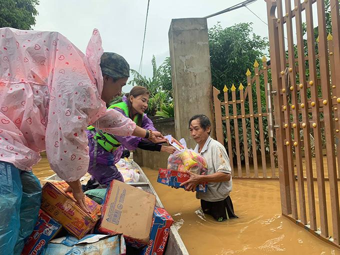 Vợ chồng Thúy Diễm - Lương Thế Thành đi cứu trợ bà con vùng lũ ở Quảng Trị.