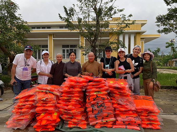 Thúy Diễm bị một số cộng đồng mạng chỉ trích vì đăng ảnh cười nói vui vẻ khi làm từ thiện.