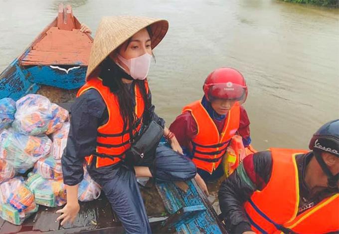 Thủy Tiên dầm mưa, vượt lũ đi cứu trợ đồng bào ở miền Trung.