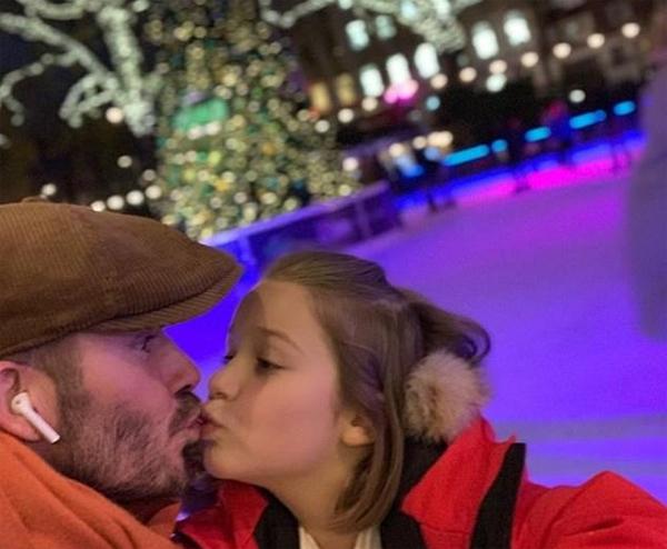 Becks nhiều lần gây tranh cãi vì đăng ảnh hôn môi cô nhóc Harper từ khi cô bé còn nhỏ đến giờ. Cựu danh thủ Anh thường không lên tiếng về nụ hôn nhạy cảm, phớt lờ những ý kiến trái chiều, tiếp tục thể hiện tình cảm với con cái theo cách riêng.