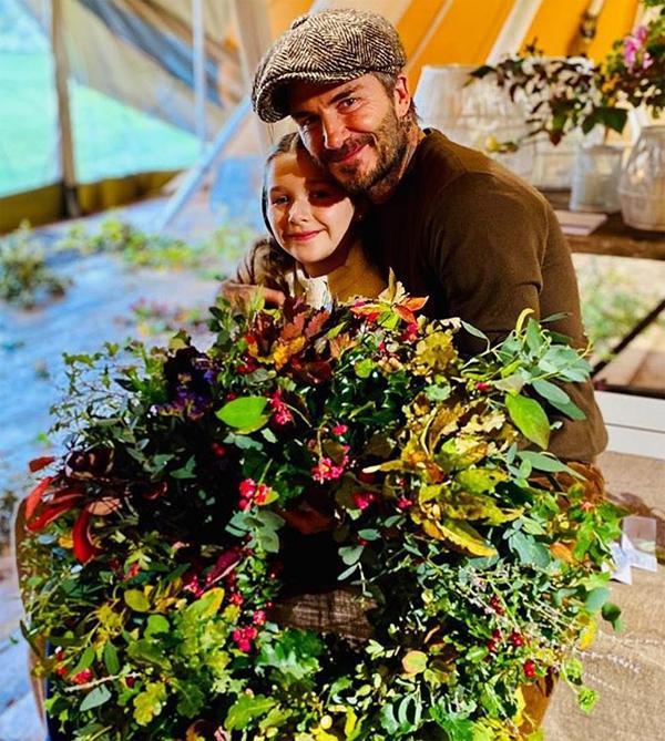Trên trang cá nhân tối 20/10, Vic đăng tải hai bức ảnh chụp Becks ôm và hôn môi con gái cưng Harper. Hai bố con chụp ảnh bên vòng hoa cả hai vừa làm trong chuyến đi chơi tới nông trại hữu cơ Daylesford ở Gloucestershire. Ông bố tuyệt nhất, nhà thiết kế thời trang viết chú thích.