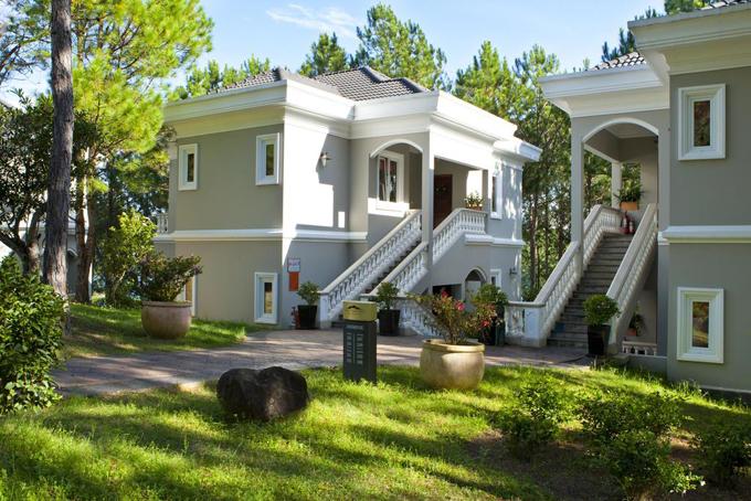 Khu resort 5 sao sang trọng với với 112 phòng chia làm các hạng villa superior, deluxe và suite. Căn villa VIP có tổng diện tích lên tới 900 m2. Thiết kế các phòng theo phong cách châu Âu. Ngoài ra, khu nghỉ còn có 4 nhà hàng, 4 hội trường để tổ chức sự kiện cùng các phòng chiếu phi, họp báo, VIP đủ tiêu chuẩn.