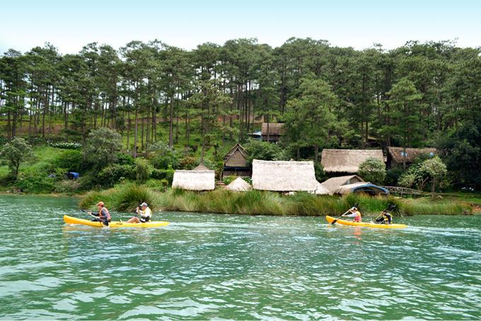 Để du khách yên tâm nghỉ ngơi trọn gói tại đây, resort còn có hoạt động chèo thuyền kayak được nhiều người yêu thích. Bạn trai Hương Giang Idol Matt Liu cũng từng trải nghiệm hình thức này. Du khách cần phải đặt trước một ngày để resort chuẩn bị, giá khoảng 200.000 đồng cho 45 phút. Ngoài ra, du khách còn có thể đăng ký trekking khu đường mòn quanh đồi thông với quãng đường khoảng 3 km, khá vừa sức.