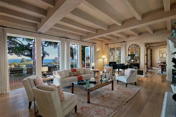 Villa 3 tầng được xây theo kiến trúc Địa Trung Hải từ năm 1934. Phòng khách lớn có tới 5 cửa ra vào mở ra tầm nhìn bát ngát.