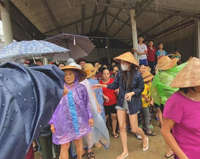 Thủy Tiên vào Huế từ 13/10 và tiếp tục di chuyển đến các tỉnh Quảng Bình, Quảng Trị để ủng hộ đồng bào bị ảnh hưởng vì bão lũ.