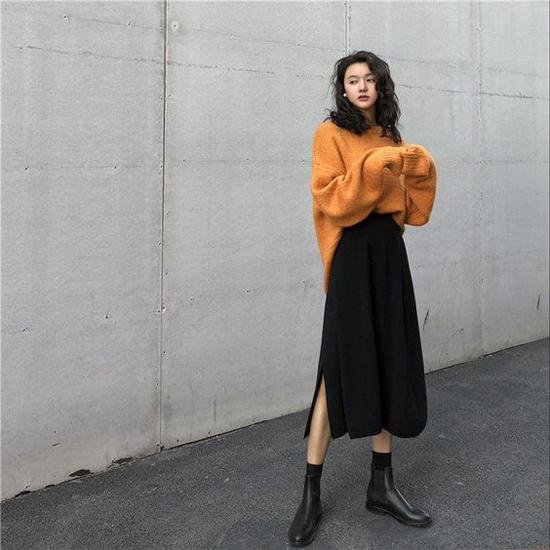 Diện áo len cùng chân váy là công thức mix đồ không quá xa lạ, nhưng khi phối thêm bốt da cổ thấp các nàng sẽ trở nên ấn tượng hơn.