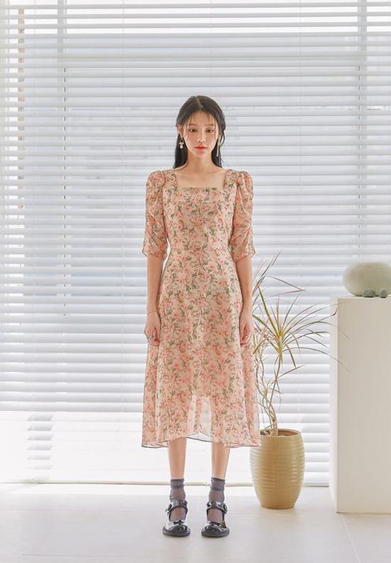 Váy mùa thu còn được tô điểm bằng các họa tiết hoa lá khơi gợi vẻ đẹp lãng mạn và tôn nét dịu dàng cho người mặc.
