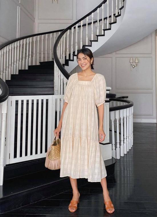 Ngoài những mẫu trang phục có khả năng giữ ấm cao, các nàng công sở phía Nam vẫn có thể áp dụng lối mix đầm cổ điển của Tăng Thanh Hà.