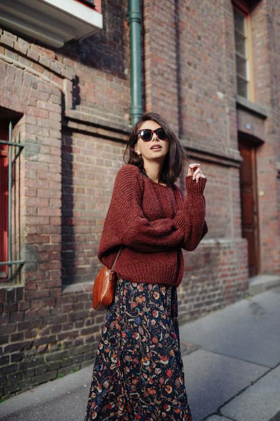 Bên váy midi đơn sắc, các nàng có thể chọn thêm các mẫu đầm in họa tiết để làm mới mẻ phong cách công sở.
