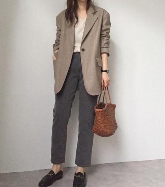 Không cần quá cầu kỳ khi chọn lựa trang phục, các nàng yêu sự đơn giản có thể mix đồ trong tích tắc với áo vest dáng rộng, quần jeans và áo thun.