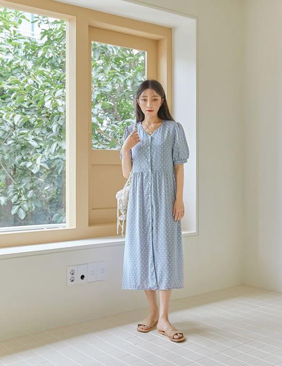 Đầm chấm bi dáng vintage tiện lợi khi đi làm và dễ mặc lúc xuống phố mua sắm, hẹn hò cafe cùng bạn bè.