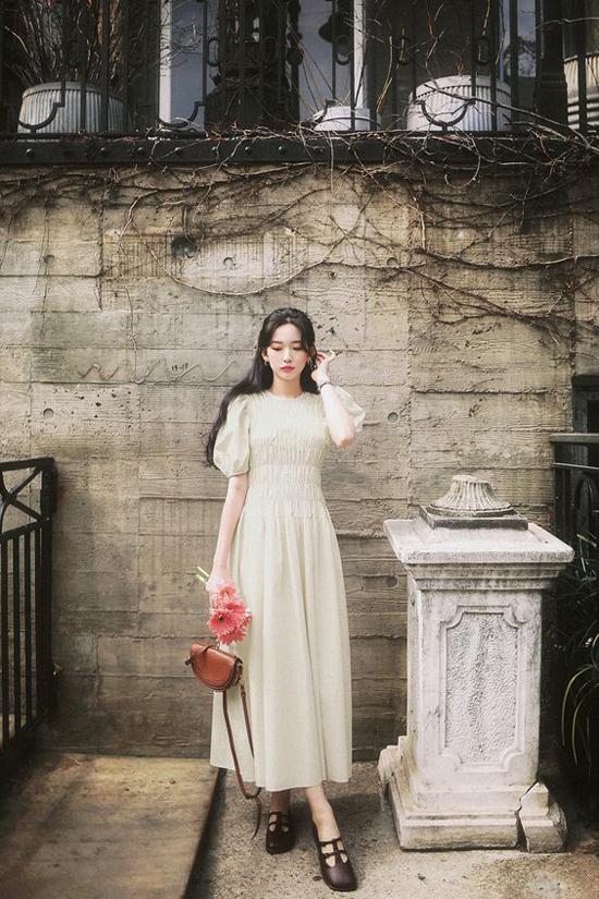 Song song với các mẫu váy maxi không kén dáng, những kiểu đầm tay bồng, chun eo nhẹ cũng khá phù hợp với hội chị em công sở mê phong cách bánh bèo.