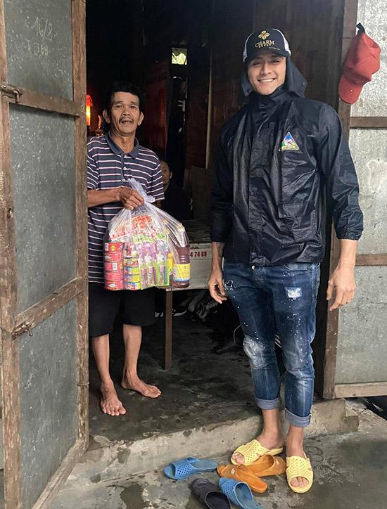 Vĩnh Thuỵ tặng quà gồm thực phẩm, nước mắm, đồ hộp cho các hộ gia đình khó khăn ở Huế và Quảng Trị.