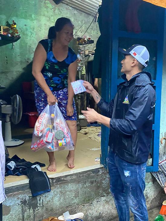 Vĩnh Thuỵ lội bộ vào thăm các gia đình ở sâu trong các con hẻm ngoằn ngoèo khó. Sự xuất hiện của chàng người mẫu điển trai và món quà ý nghĩa khiến người dân rất bất ngờ, cảm động.