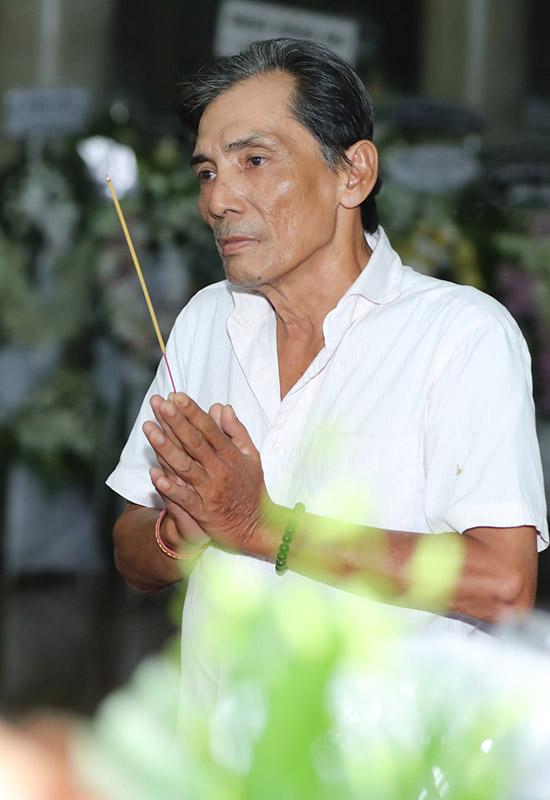 Nghệ sĩ Thương Tín buồn bã viếng đàn anh.