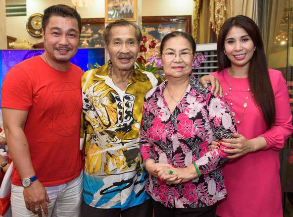 Nghệ sĩ Lý Huỳnh bên vợ và hai con Lý Hùng, Lý Hương.