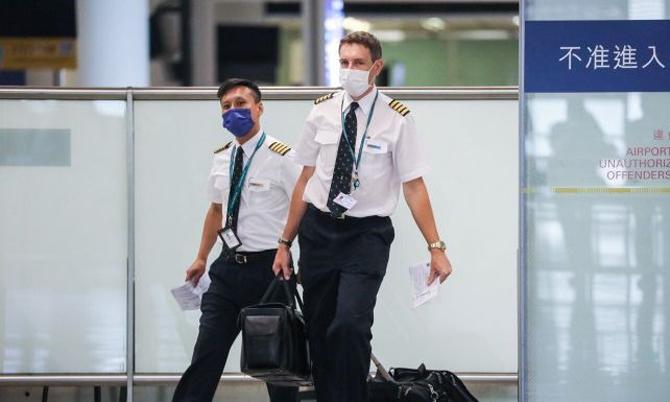 Phi công Cathay Pacific Airways đứng trước lựa chọn khó khăn giảm lương hoặc mất việc. Ảnh: Yahoo.