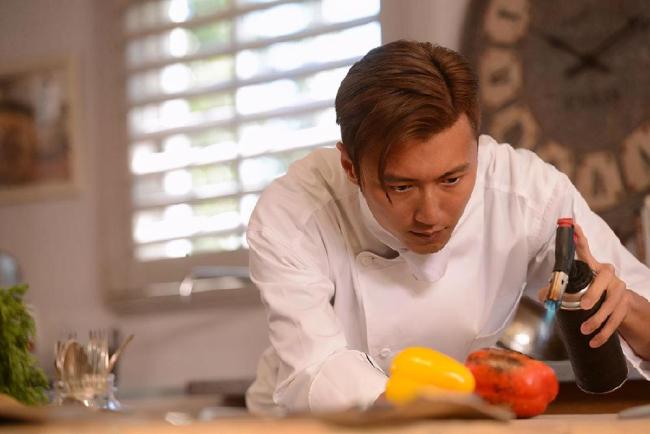 Tạ Đình Phong trong gian bếp để thỏa mãn đam mê nấu nướng.
