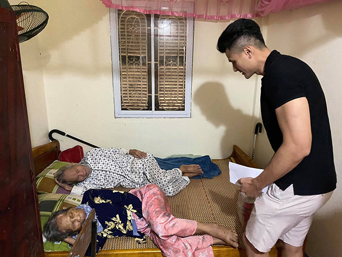 Vĩnh Thuỵ đã thăm các cụ già neo đơn ở một số phường quanh thành phố Huế.