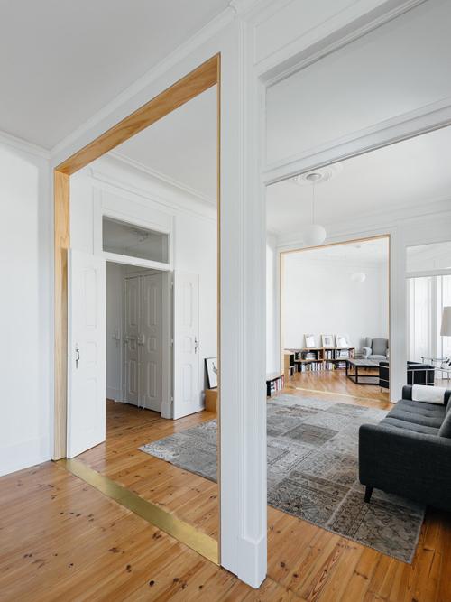Ở phía bắc của căn hộ, nhóm KTS đảo ngược cấu trúc nhà ở. Các khu vực riêng tư như ba phòng ngủ nhường chỗ cho một phòng khách duy nhất. Trong phòng khách, các cửa ra vào vẫn còn thể hiện các dấu vết của việc sửa chữa.