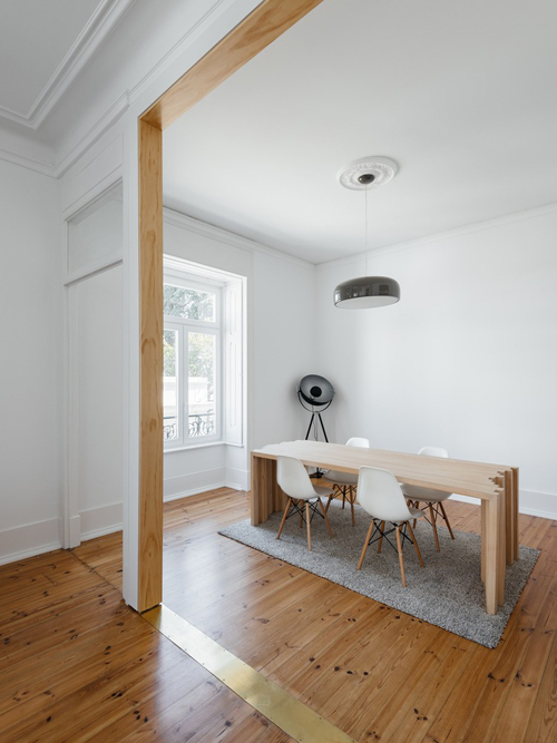 Khu bàn ăn đề cao sự tối giản, được đặt ngay cạnh cửa sổ.