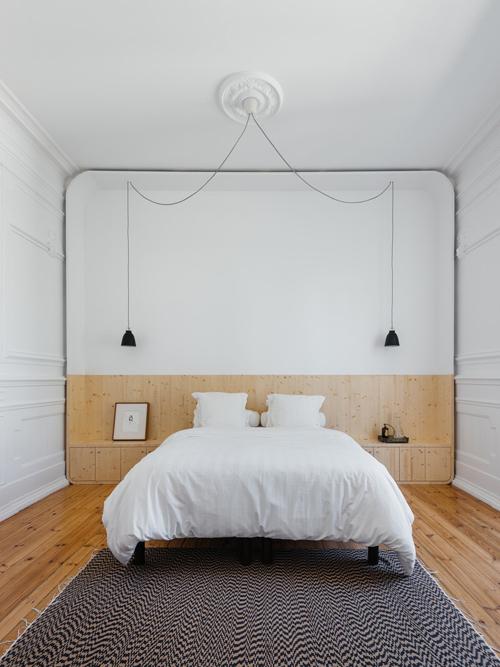 Phòng ngủ được ưu tiên nội thất gỗ, tạo sự ấm cúng.
