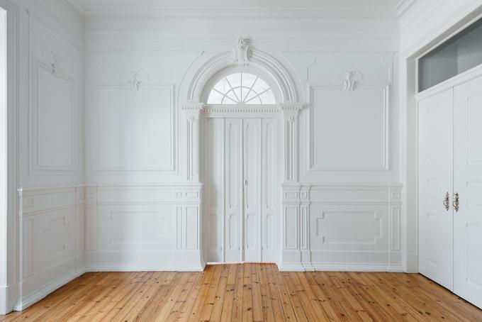 Căn hộ vẫn gìn giữ chi tiết cửa kiểu cổ điển.