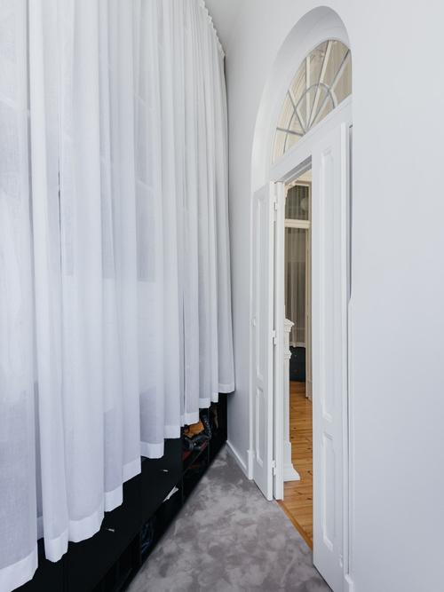 Khu vực xã hội gồm phòng khách, phòng làm việc trở thành hai phòng ngủ và có một tủ quần áo không cửa ngăn.