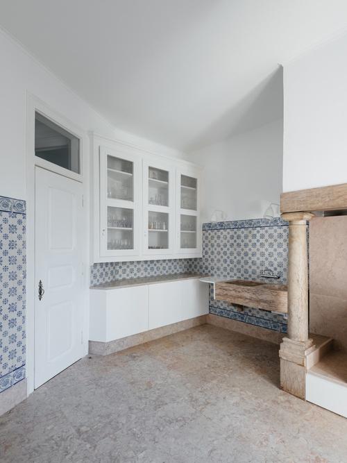 Phía nam của căn hộ, gồm bếp, phòng ngủ được giữ nguyên với cấu trúc ban đầu. Khu bếp được phối chất liệu đa dạng, mang gam màu trung tính và sắc xanh.