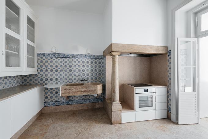 Bề mặt lát gạch của bếp làm nổi bật sự khác biệt giữa các đặc điểm ban đầu và sự can thiệp sau này. Bên cạnh việc tạo sự liền mạch trong việc cải tạo, nó cũng tạo nên sự tương phản với các vật liệu mới khác kề cạnh.