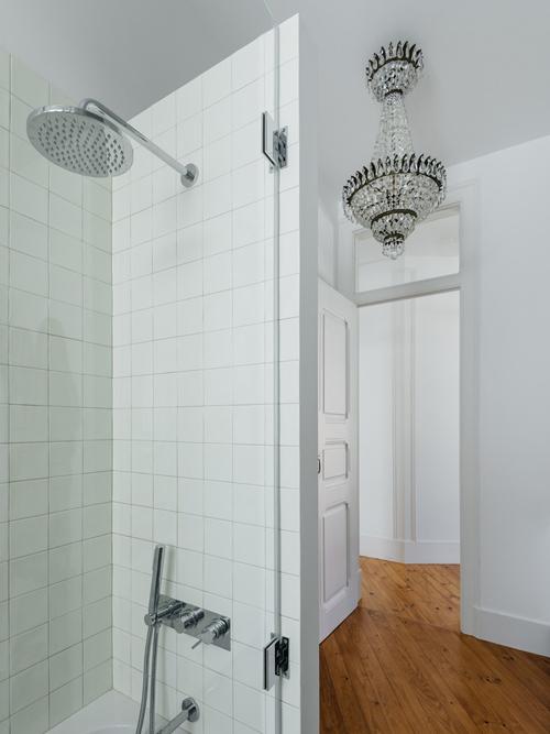 Gia chủ chọn tắm đứng dưới vòi sen để tối ưu diện tích.