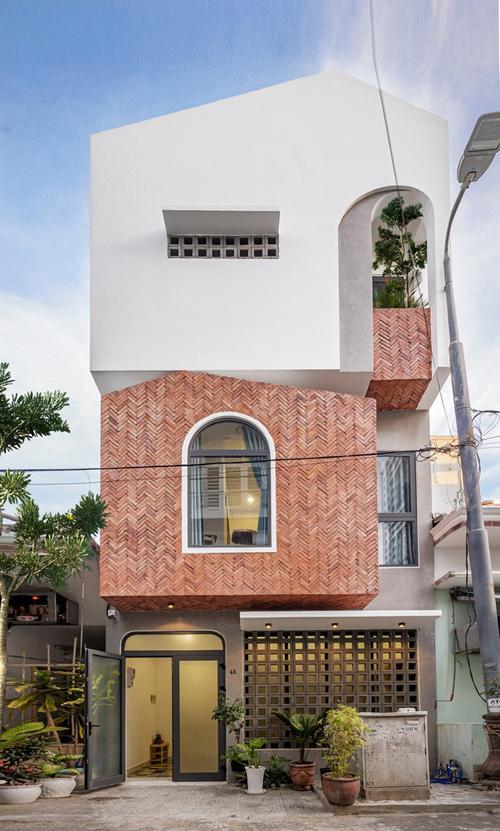 Căn nhà có tổng diện tích 135 m2, được hoàn thiện vào năm 2019 bởi nhóm kiến trúc sư (KTS) của Green Concept.