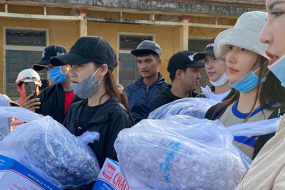 Khoảng 350 phần quà gồm thực phẩm, quần áo và tiền mặt được trao tận tay cho bà con.