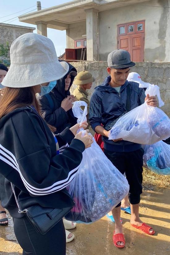 Diễn viên Mạc Văn Khoa cẩn thận kiểm tra từng túi đồ trước khi gửi tặng người dân.