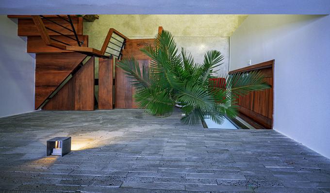 Bên cạnh đó, gia chủ kỳ vọng ngôi nhà được thiết kế chu đáo, giữ mọi thứ thông thoáng, gọn gàng, tối giản, đón đủ nắng và gió. Về tổng thể, ngôi nhà có hình dạng khép kín nhưng bên trong là không gian mở nối liền bếp với phòng khách và khoảng thông tầng.