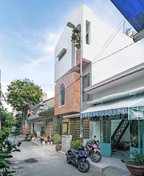 Ngôi nhà nằm ở giữa một con hẻm nhỏ với diện tích đất chỉ vỏn vẹn 50 m2, là sự giao thoa giữa kiến trúc hiện đại và nét hoài cổ. Điểm nổi bật của ngôi nhà là mặt tiền từ gạch đỏ, tạo nên sự khác biệt cho con hẻm nhỏ.