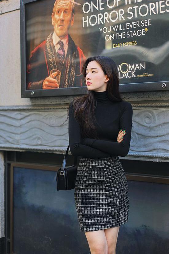 Khi kể đến các loại vải được ưa chuộng ở mùa thu đông không thể bỏ qua nhiều mẫu váy, đầm và vest cắt may bằng vải tweed.