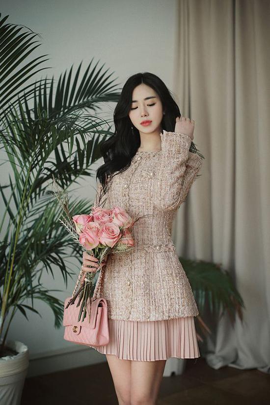 Qua nhiều mùa thời trang, vải tweed vẫn là chất liệu chiếm chọn cảm tình của những cô nàng mê mặc đẹp bởi nét sang trọng mà nó mang lại.