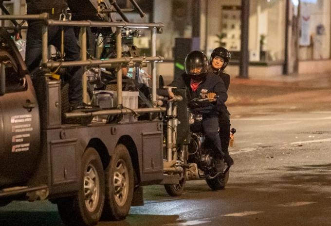 Xe môtô của hai diễn viên được gắn vào một xe hơi chuyên dụng. Đoàn phim và máy quay ở trên chiếc xe đó, ghi lại diễn xuất của họ.
