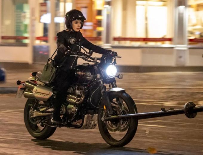 Ở một cảnh phim khác, Anne Hathaway tự lái môtô với dáng vẻ rất ngầu.