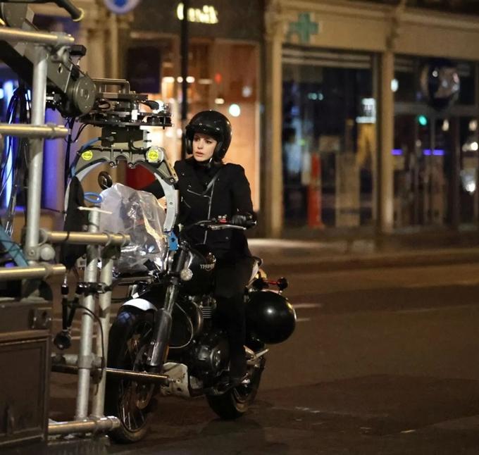 Anne Hathaway khác lạ so với hình ảnh quý cô sang chảnh, bánh bèo trong nhiều phim trước.