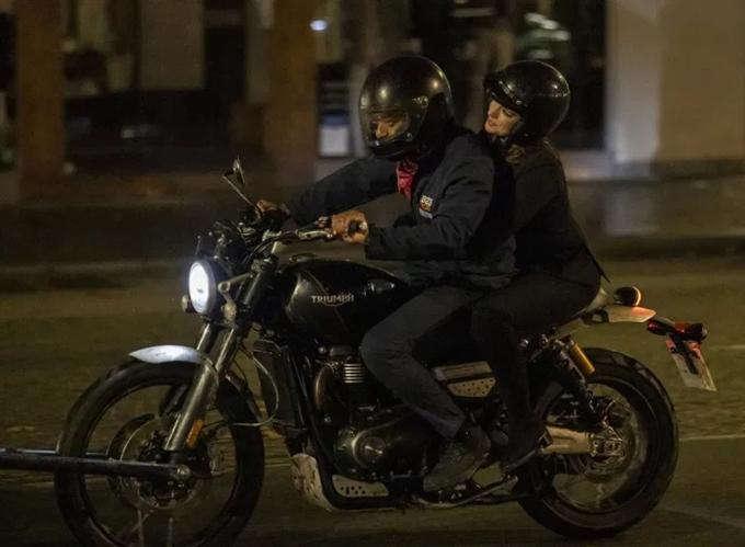 Gần đây, nam diễn viên Chiwetel Ejiofor và nữ diễn viên Anne Hathaway có mặt tại Anh, cùng thực hiện một số cảnh cho phim Lockdown (Phong tỏa). Họ cùng bận đồ đen, đội mũ bảo hiểm và chở nhau trên môtô trong tình huống hai nhân vật họ đóng thực hiện vụ cướp trang sức trên phố. Bối cảnh phim đặt trong tình cảnh thế giới ngay lúc này - thành phố thực hiện giãn cách xã hội và người dân chủ yếu ở trong nhà.