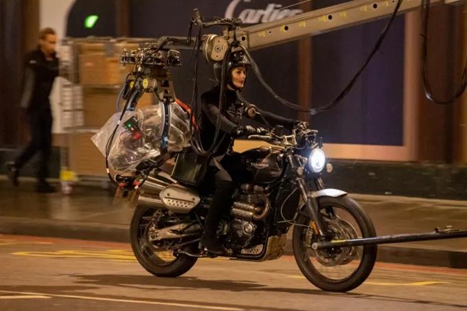 Minh tinh người Mỹ tự tin khi thực hiện cảnh lái môtô. Theo Deadline, bộ phim Lockdown đang muốn chiêu nạp Ben Stiller, Lily James, Stephen Merchant và Jazmyn Simon vào dàn diễn viên.