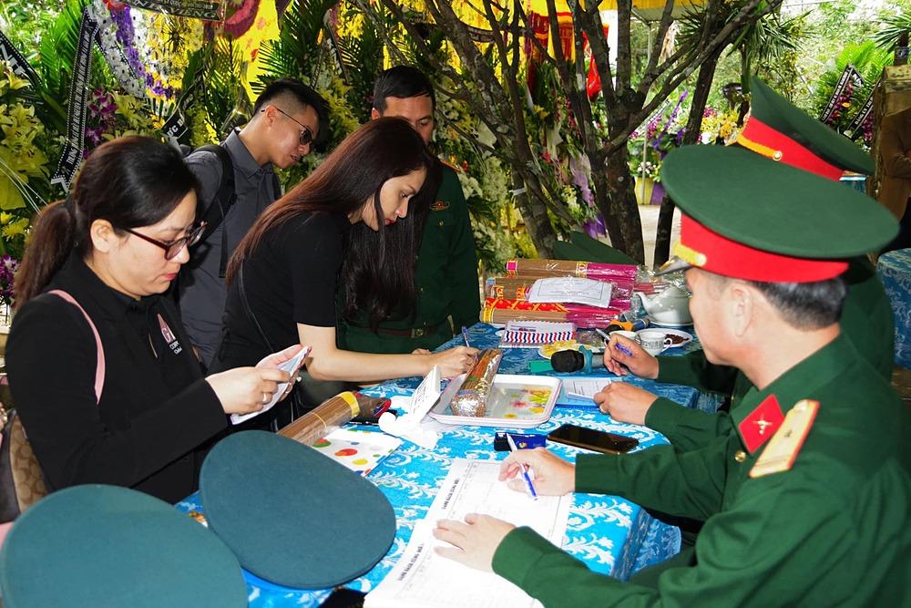 Đỗ Mỹ Linh, Tiểu Vy giúp đỡ bà con vùng lũ - 2