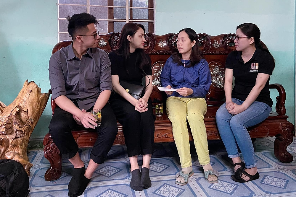 Đỗ Mỹ Linh, Tiểu Vy giúp đỡ bà con vùng lũ - 6