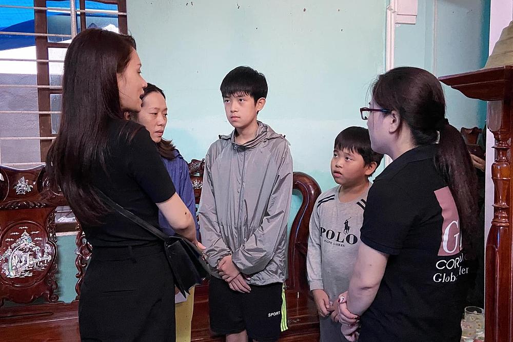 Đỗ Mỹ Linh, Tiểu Vy giúp đỡ bà con vùng lũ - 8